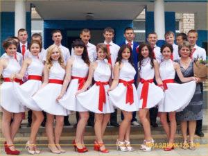 Девочки в белых платьях с красным поясом на выпускном