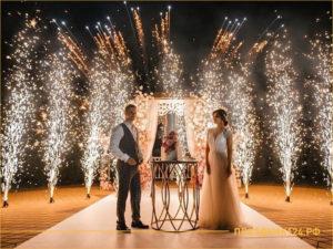 Салют на свадьбе перед молодоженами