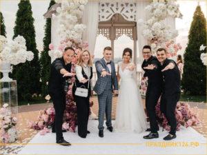 Много людей на фото: жених, невеста, ведущий, фотограф, друг, свидетель