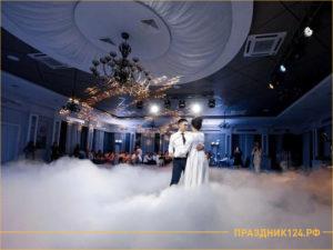 Молодожены танцуют на свадьбу в тумане