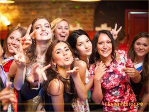 Девушки на выпускном вечере позируют фотографу