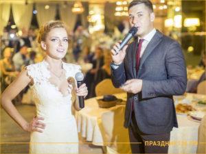 Двое ведущих: девушка и мужчина с микрофонами