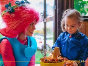 Аниматор в костюме троля дарит тортик