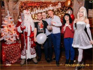 Дед Мороз на корпоративе со Снегурочкой